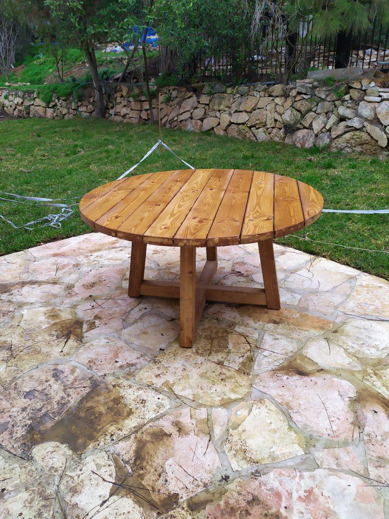 שולחן מעץ לחצר